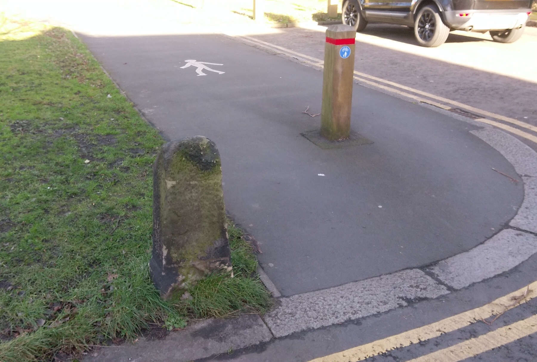 Picture of a bollard right in the middle of the cycle path at Highbury.